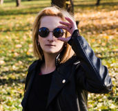 Adolescente urbano con las gafas de sol que presentan en una chaqueta de cuero Fotografía de archivo