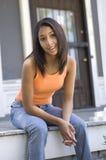 Adolescente urbano en el pórtico Imagen de archivo