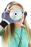 Adolescente urbano en los auriculares que sostienen el Cd Imagen de archivo