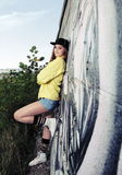 Adolescente urbano joven cerca de la pared Fotografía de archivo