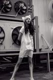 Adolescente urbano monocromático en el sombrero blanco del vestido y de piel Fotografía de archivo libre de regalías
