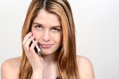 Adolescente usando el teléfono celular Fotos de archivo