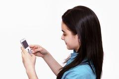 Adolescente usando el teléfono elegante Fotografía de archivo libre de regalías