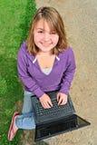 Adolescente usando la computadora portátil Foto de archivo libre de regalías