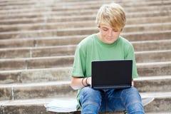 Adolescente usando la computadora portátil Fotografía de archivo libre de regalías