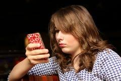 Adolescente usando smartpfone Imagen de archivo