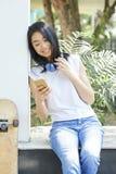 Adolescente vérifiant le smartphone image stock