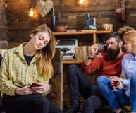 Adolescente vérifiant le smartphone, réalité virtuelle contre le concept de vie réelle Homme barbu causant avec son épouse blonde Photographie stock libre de droits