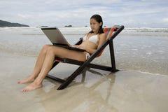 Adolescente, vacaciones con la computadora portátil Imagen de archivo libre de regalías
