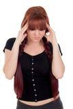 Adolescente vestido en negro con dolor de cabeza Imagenes de archivo