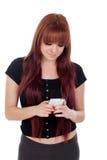 Adolescente vestido en negro con su móvil Foto de archivo libre de regalías