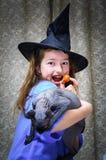 Adolescente vestido en traje de la bruja Foto de archivo libre de regalías