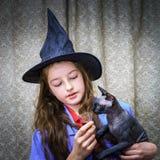 Adolescente vestido en traje de la bruja Imágenes de archivo libres de regalías