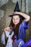 Adolescente vestido en traje de la bruja Imagenes de archivo