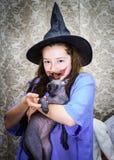 Adolescente vestido en traje de la bruja Fotografía de archivo