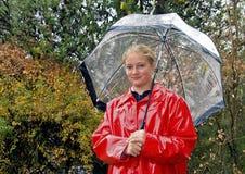 Adolescente vestido para la lluvia Fotos de archivo libres de regalías
