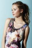 Adolescente in vestiti floreali Fotografia Stock Libera da Diritti