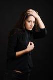 Adolescente vigilante en oscuridad. Imagen de archivo libre de regalías