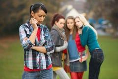 Adolescente virado com tagarelice dos amigos Fotos de Stock