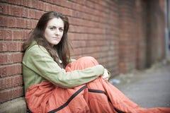 Adolescente vulnerable que duerme en la calle Imagenes de archivo
