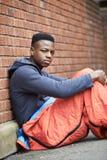 Adolescente vulnerable que duerme en la calle Fotos de archivo libres de regalías