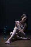 Adolescente y agua flacos Foto de archivo libre de regalías