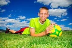 Adolescente y balón de fútbol Imagenes de archivo