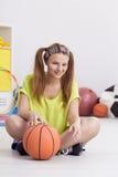 Adolescente y baloncesto Fotos de archivo