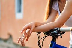 Adolescente y bici en ciudad Imagen de archivo libre de regalías