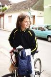 Adolescente y bici en ciudad Imágenes de archivo libres de regalías