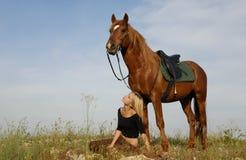 Adolescente y caballo en campo Fotos de archivo