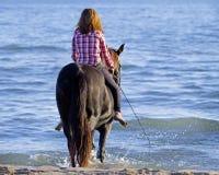 Adolescente y caballo en el mar Fotos de archivo libres de regalías
