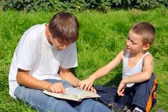 Adolescente y cabrito con un libro Imágenes de archivo libres de regalías