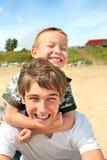 Adolescente y cabrito felices Fotografía de archivo libre de regalías