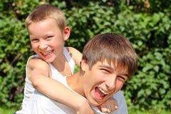 Adolescente y cabrito felices Fotografía de archivo