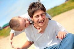 Adolescente y cabrito felices Foto de archivo libre de regalías