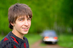 Adolescente y coche Imagen de archivo libre de regalías