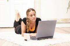Adolescente y computadora portátil Imagenes de archivo