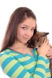 Adolescente y conejo. Foto de archivo libre de regalías