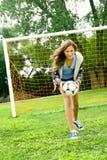 Adolescente y fútbol imagen de archivo