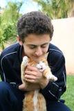 Adolescente y gato Imagen de archivo