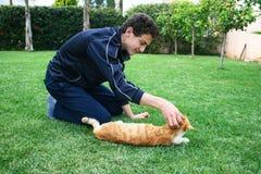 Adolescente y gato Fotos de archivo