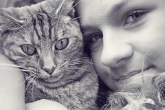Adolescente y gato Imagenes de archivo