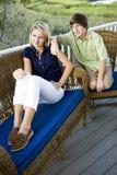 Adolescente y hermano que se sientan en terraza Imagen de archivo libre de regalías