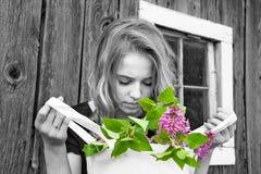 Adolescente y lilas en color selectivo imagen de archivo libre de regalías