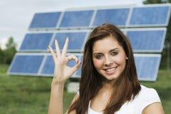 Adolescente y los paneles solares Fotos de archivo libres de regalías
