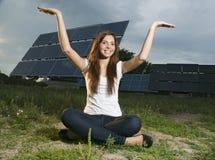 Adolescente y los paneles solares Fotografía de archivo libre de regalías