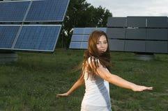 Adolescente y los paneles solares Imagen de archivo