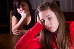 Adolescente y madre trastornados imagenes de archivo