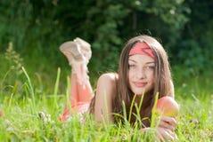 Adolescente y manzana felices jovenes al aire libre Fotografía de archivo libre de regalías